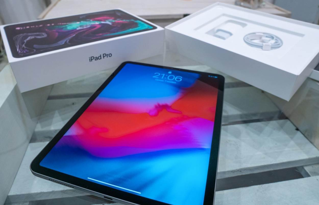 quality;reflection;retina;shot;ipad pro;silver;pro;ipadpro;2018;unbox;unboxing;first;ipad;apple;tablet;screen;ios;front;new;design;smart;app;brand;communication;computer;device;digital;display;editorial;electronic;flat;gadget;illustrative;industry;innovation;internet;mobile;modern;multimedia;product;technology;touchscreen;view;white;wireless;back;isolated;application;mobility;alamyunknown;EDITORIAL_ONLY