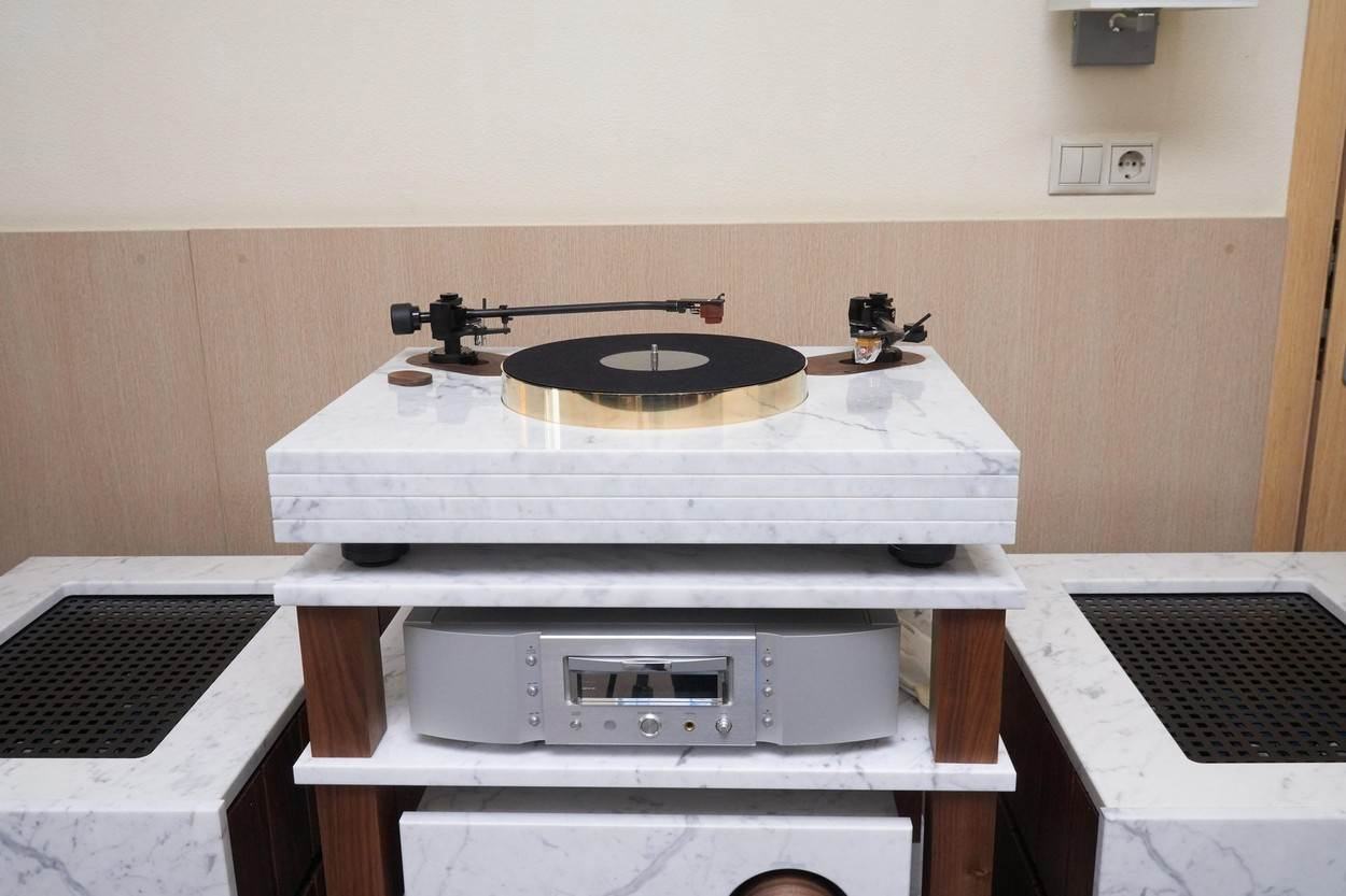 high end;component;audio;stereo;system;turntable;amplifier;hi fi;show room;music;plate;processor;preamplifier;speaker;monitor;loudspeaker;play;playing;show;exhibition;stand;booth;expo;equipment;module;home theatre;home cinema;acoustics;sound;company;brand;demo;demonstration;stone;marble;alamyunknown;NOT_EDITORIAL_ONLY