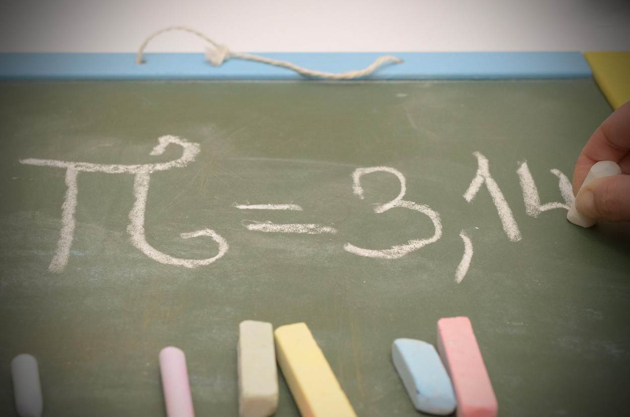 wallpaper;teach;college;advanced;paint;arithmetic;colored background;calculus;analyzing;copy space;group of objects;algebra;mathematical;education;symbol;mathematics;number;chalkboard;horizontal;white;school;background;student;learning;class;formula;pi;text;calculate;write;14;lesson;handwriting;intelligence;exam;3;science;physics;homework;texture;handwritten;mathematical symbol;professor;chalk;dusty;frame;university;training;teacher;alamyunknown;NOT_EDITORIAL_ONLY