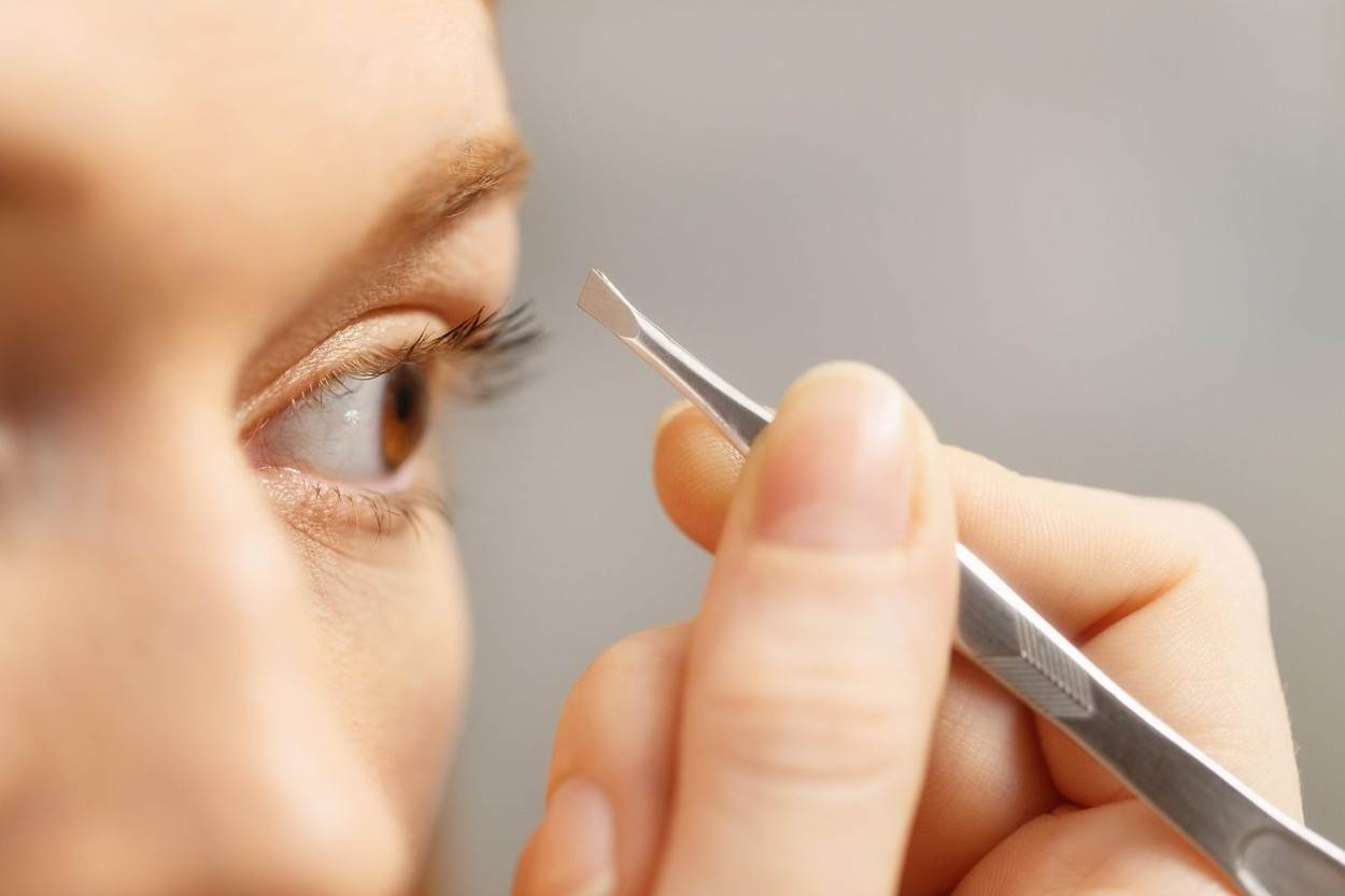 preparation;pretty;pull;routine;shaping;style;treatment;twitch;white;young;woman;girl;removing;eyebrows;tweezers;tweezing;hair;eyebrow;beauty;20s;accuracy;adult;bathroom;beautiful;body;care;carefree;clean;closeup;close-up;cosmetics;cosmetology;equipment;eyes;face;female;femininity;hand;health;home;hygiene;indoors;look;looking;mirror;morning;natural;pain;painful;portrait;alamyunknown;NOT_EDITORIAL_ONLY