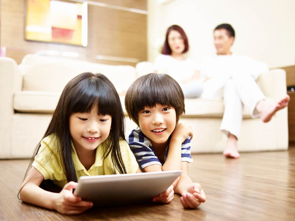 couple,woman,japan,father,happy,lying on front,cute,two children