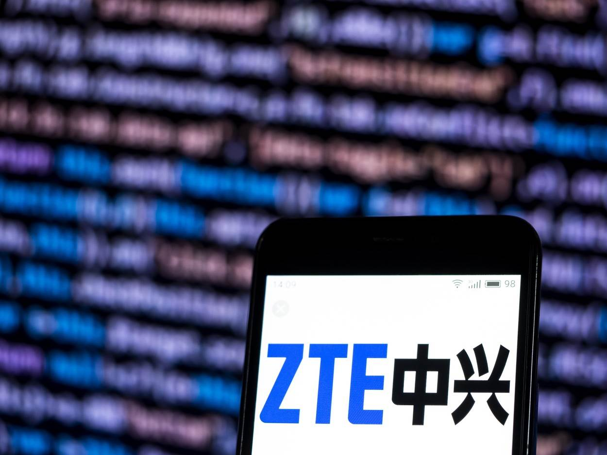 smartphone;cellphone;mobile;phone;device;technology;economy;business;zte;telecommunications;equipment;company;logo;sign;GC041580.jpg;category_code_int