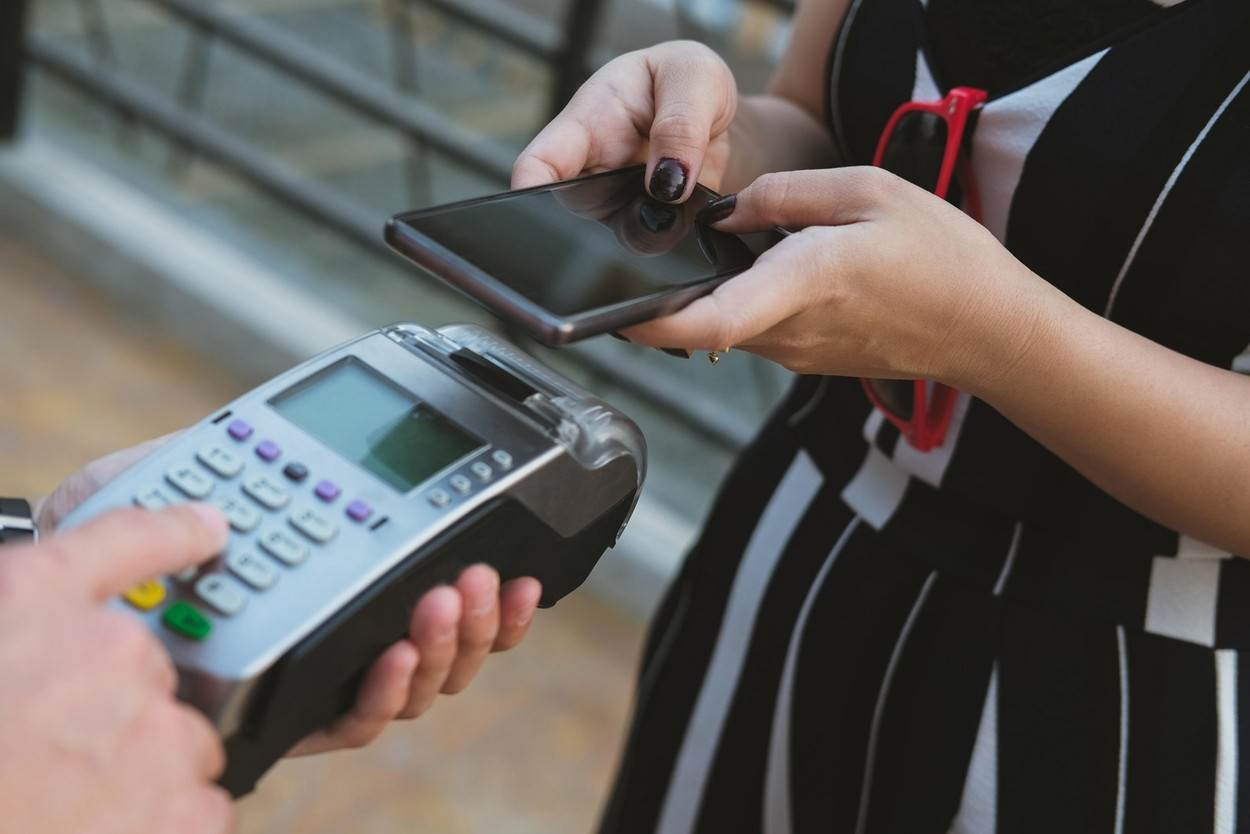 telecast;terminal;transaction;transfer;wallet;wireless;activity;app;banking;buy;buying;card;cashier;cellphone;checkout;commerce;communication;consumerism;contactless;device;digital;field;financial;hand;machine;mobile;money;near;nfc;online;pay;paying;payment;person;phone;pos;reader;retail;selling;shop;shopping;smart;smartphone;store;swipe;technology;alamyunknown;NOT_EDITORIAL_ONLY