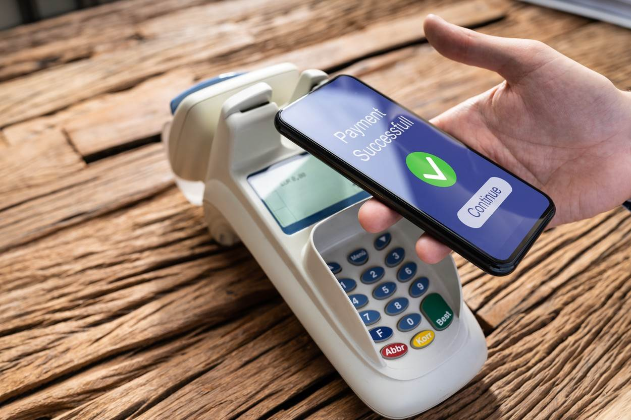 mobile;payment;cashier;nfc;retail;pay;paying;checkout;phone;shop;rfid;money;machine;restaurant;smartphone;smart;man;business;customer;transaction;buy;digital;store;reader;hand;cellphone;terminal;men;contactless;electronic;holding;technology;device;purchase;banking;young;male;wireless;caucasian;mobile-payment;pos