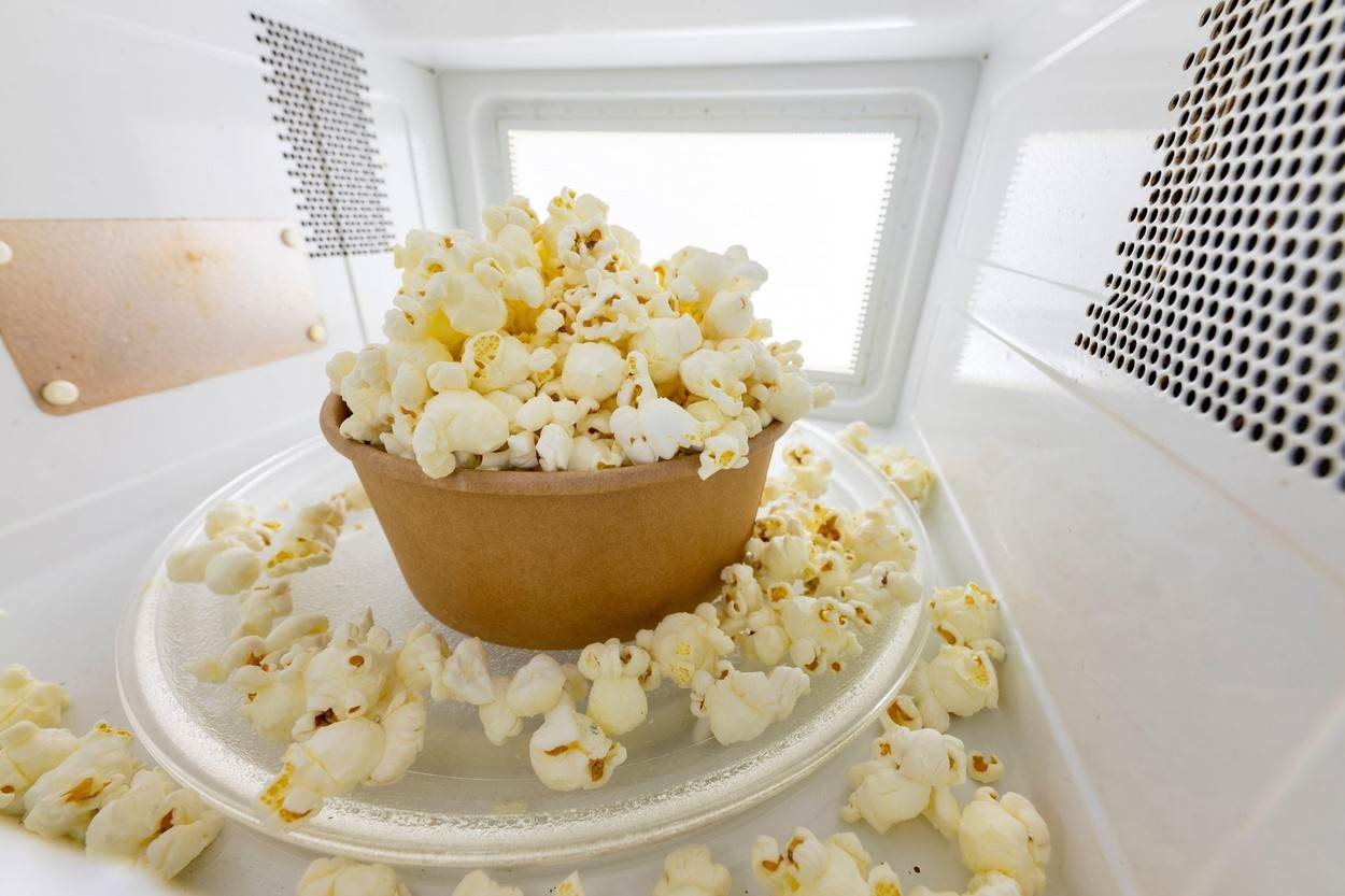 blue;bowl;cinema;clean;corn;countertop;diet;entertainment;fast;food;fresh;healthy;homemade;house;microwave;microwave popcorn;open door;oven;pop;popcorn;quick;room;salt;salty;silicon;snack;sweet;vegan;white;whole grain;NOT_EDITORIAL_ONLY;alamyunknown